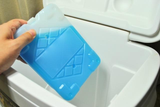 クーラーボックスに保冷剤を入れる
